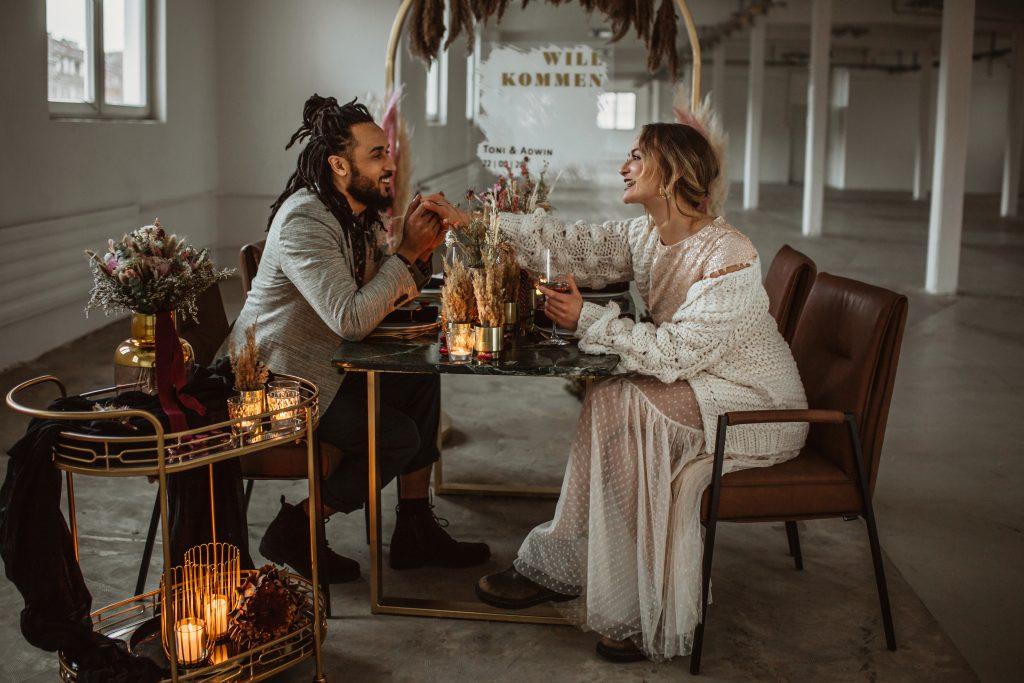 Brautpaar sitzt am Tisch Tischdekoration