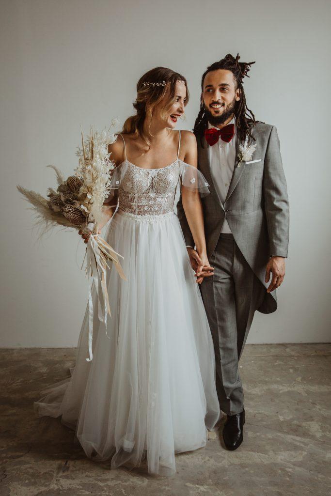 Hochzeitspaar Boho Hochzeit Hochzeitskleid Brautstrauß