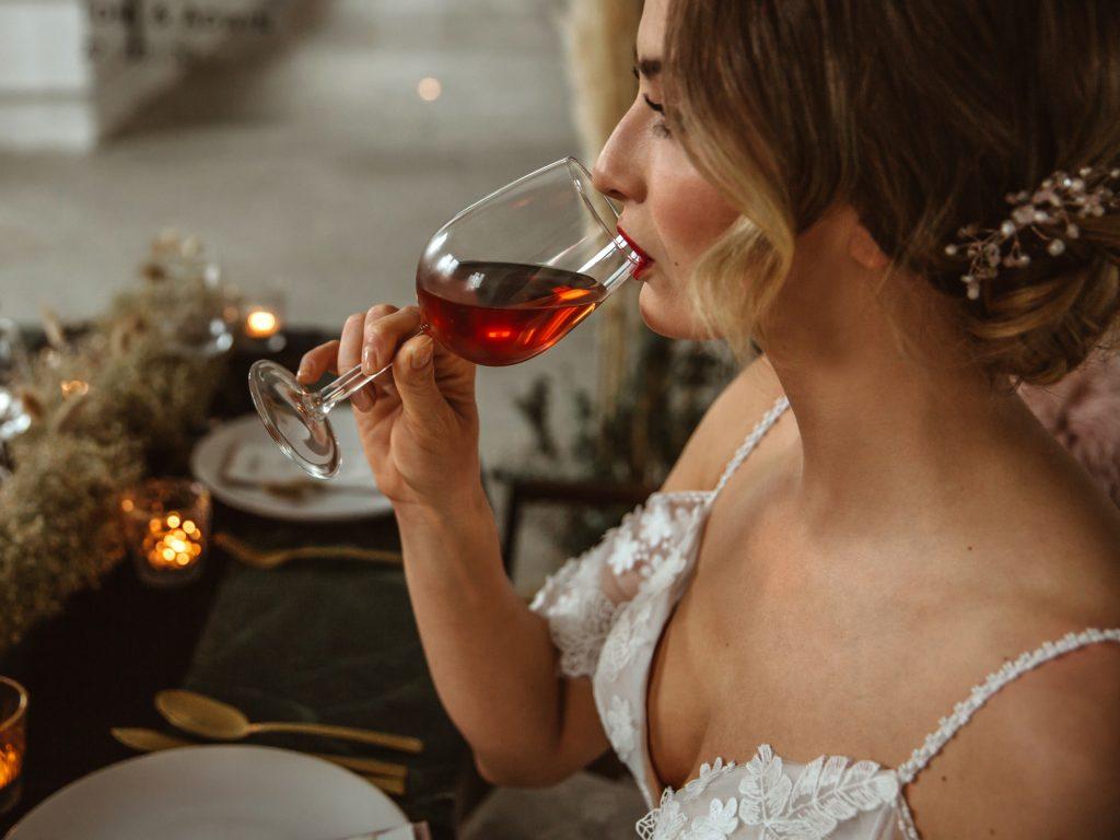 Braut trinkt Wein