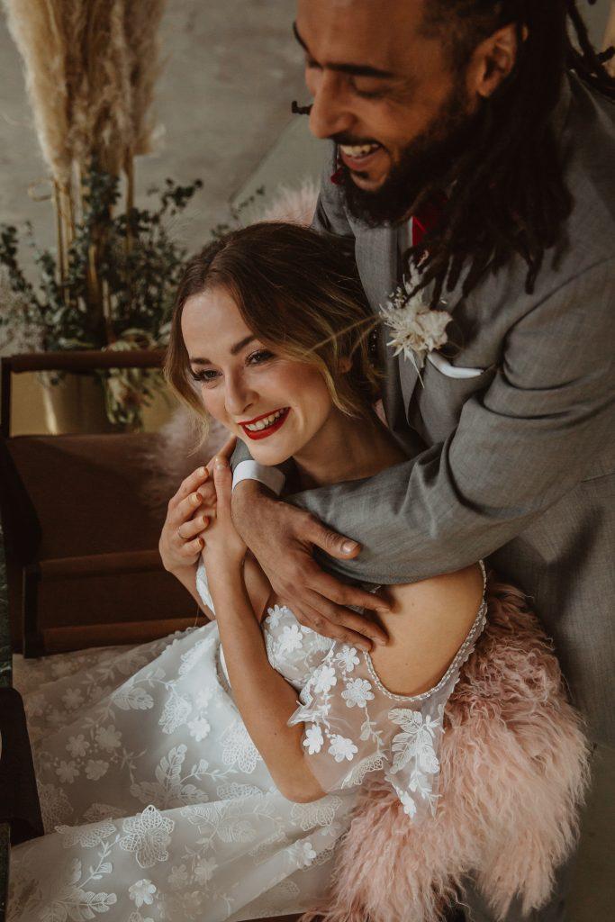 Braut im Arm von Bräutigam