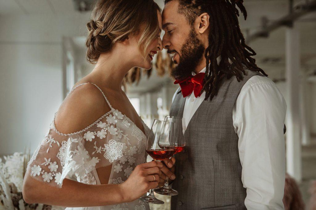 Anstoßen Brautpaar